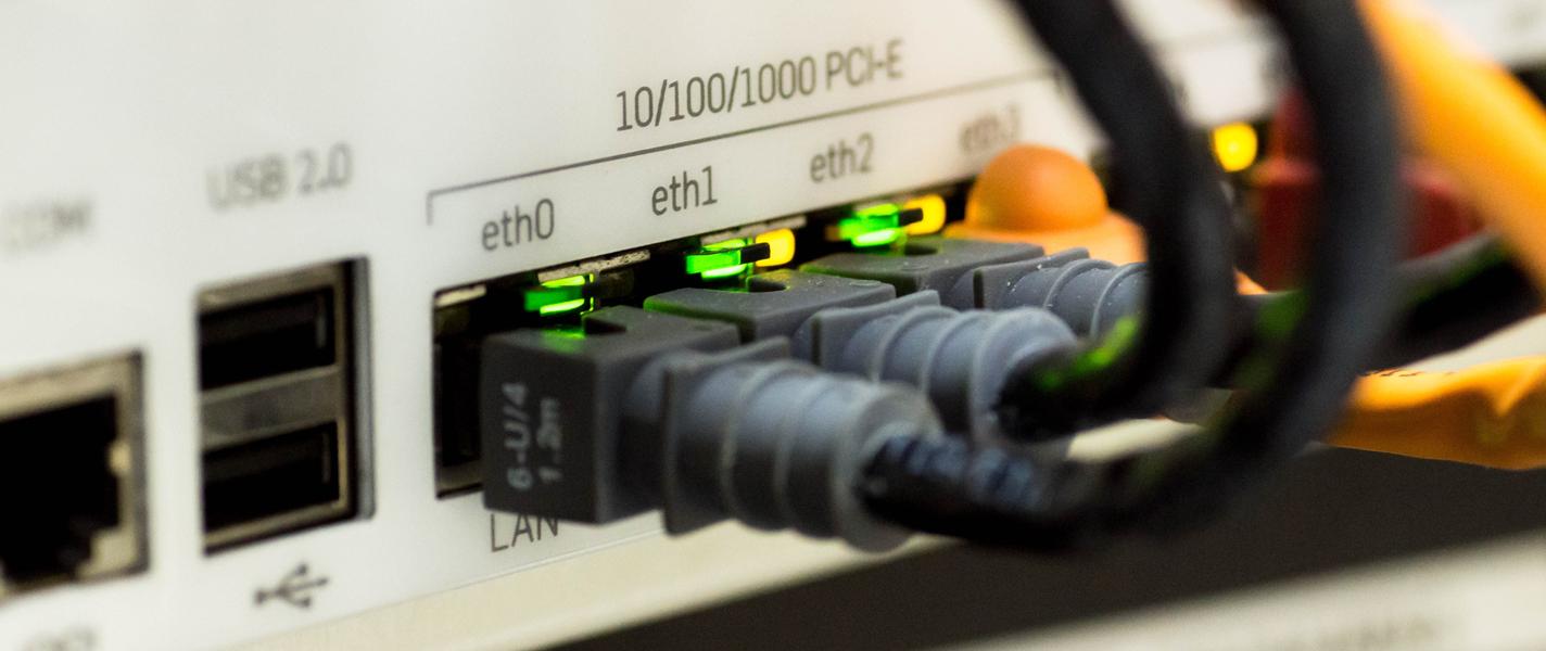 afbeelding van de achterkant van een netwerkserver met bekabeling